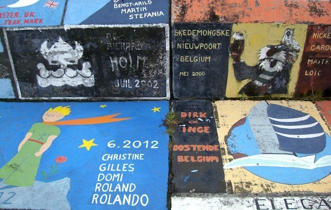 Gemälde vieler hundert Segler zieren die Kaimauer vom Hafen in Horta
