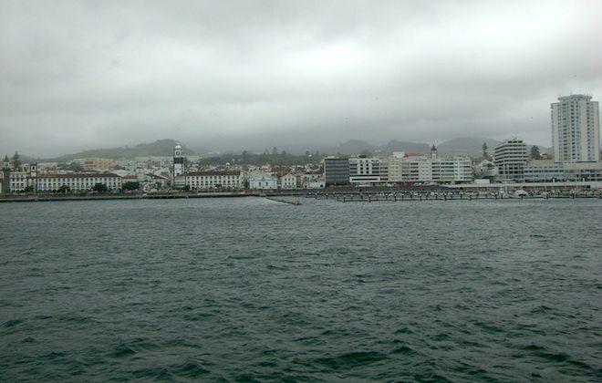 Blick auf Ponta Delgarda beim Auslaufen