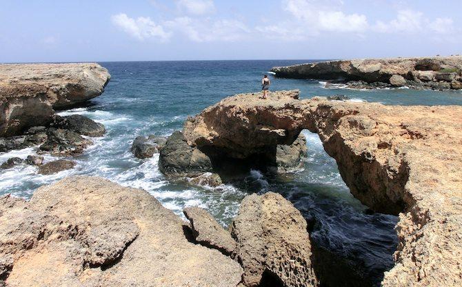 Tunnel am Meer auf Aruba