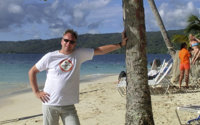 Reiseblogger Jörg Baldin am Strand in der Dominikanischen Republik