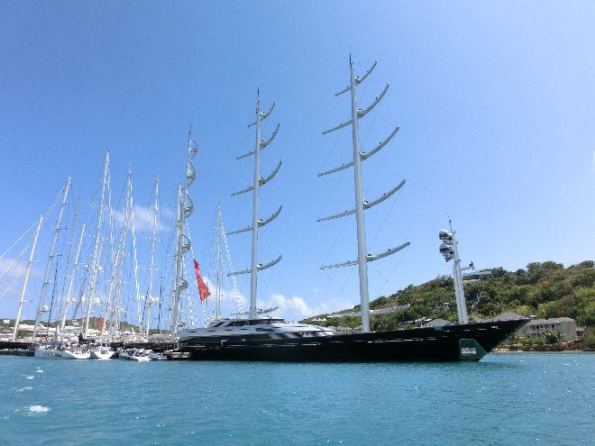 Das hässlichste Segelschiff der Welt im Hafen von Antigua